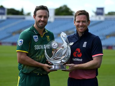South Africa skipper AB de Villiers and England captain Eoin Morgan. Image courtesy: Twitter/ @englandcricket