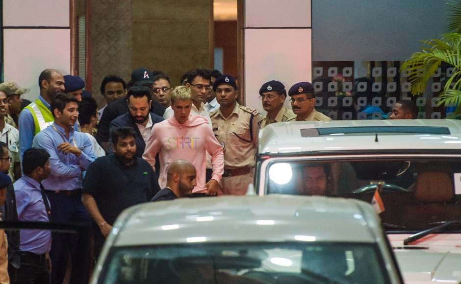 Bieber, who flew down to Mumbai from Dubai, which was his previous pit-stop on the Purpose World Tour, was dressed casually in a pink hoodie and shorts and seemed unfazed by the heavy crowds gathered near the Mumbai International Airport, hoping for a glimpse of him. Photo courtesy Firstpost Hindi