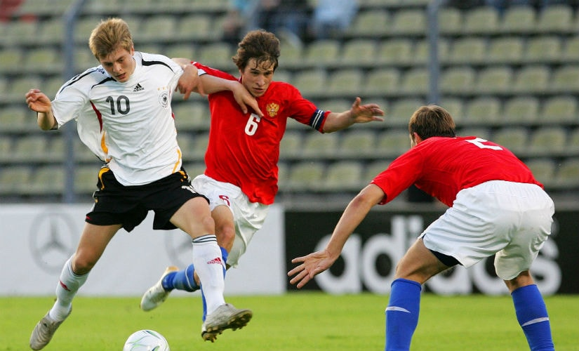 Toni Kroos of Germany (L) runs for the ball in front of Vadim Gagloev (C) and Sergey Morozov (R) of Russia during their semi-final match in the UEFA under 17 Championship at the Josy Barthel stadium in Luxembourg May 11, 2006. Reuters