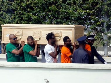 Ivorian National soccer teammates carry the coffin of Ivorian soccer player Cheick Tiote, a former Newcastle midfielder who died during training at his Chinese club Beijing Enterprise, as his dead body arrives at Felix Houphouet Boigny International airport in Abidjan, Ivory Coast June 15, 2017. REUTERS/ Thierry Gouegnon - RTS178FV