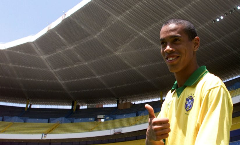 Brazilian star striker Ronaldinho gives a thumbs up as he arrives to have a look around the Jalisco stadium in Guadalajara with his teammates July 23. Brazil will face Germany in the opening game of the 1999 FIFA Confederations Cup. Reuters