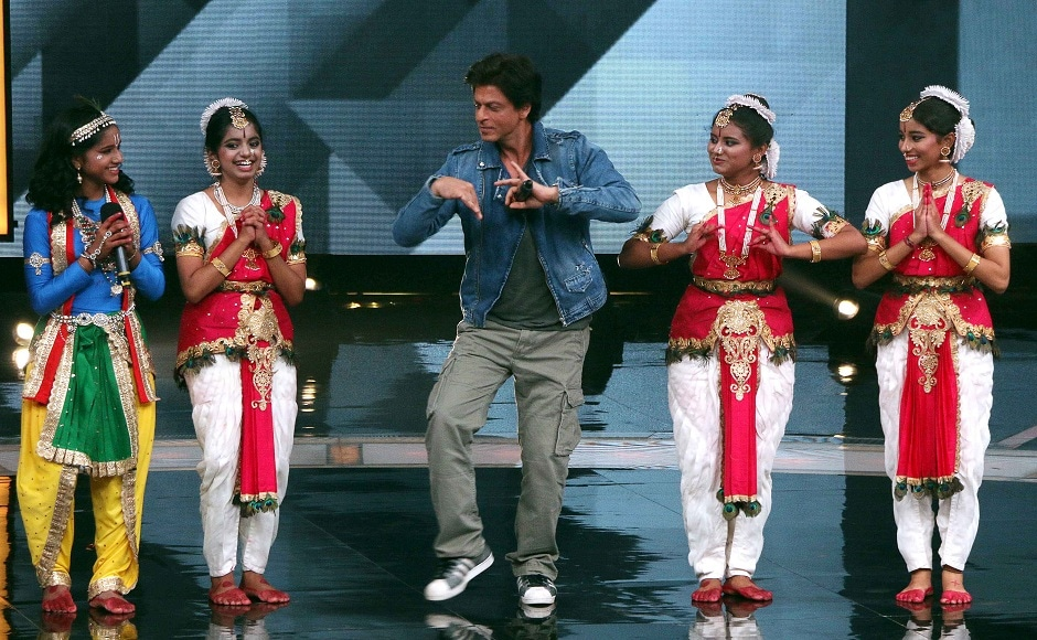 """Indian Bollywood actor Shah Rukh Khan (C) takes part in a promotional event for his upcoming Hindi film 'Jab Harry Met Sejal' during a taping of the Indian television dance reality show """"Dance Plus 3"""" in Mumbai on July 11, 2017. / AFP PHOTO / STR"""