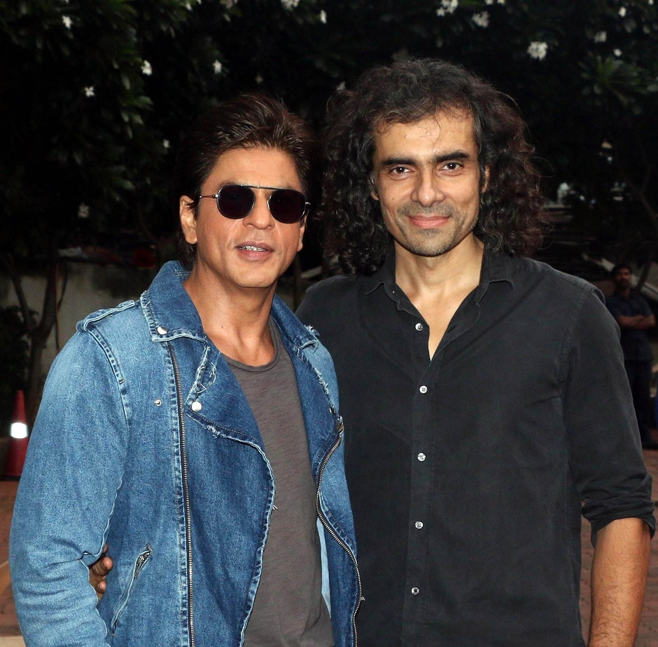"""Indian Bollywood actor Shah Rukh Khan (L) and film director Imtiyz Ali (R) attend a promotional event for the upcoming Hindi film 'Jab Harry Met Sejal' before a taping of the Indian television dance reality show """"Dance Plus 3"""" in Mumbai on July 11, 2017. / AFP PHOTO / STR"""