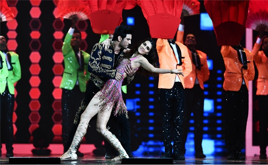 Bollywood actor Sushant Singh Rajput and actress Kriti Sanon perform during IIFA award of the 18th International Indian Film Academy (IIFA) Festival at the MetLife Stadium in East Rutherford, New Jersey, on July 15, 2017. / AFP PHOTO / JEWEL SAMAD