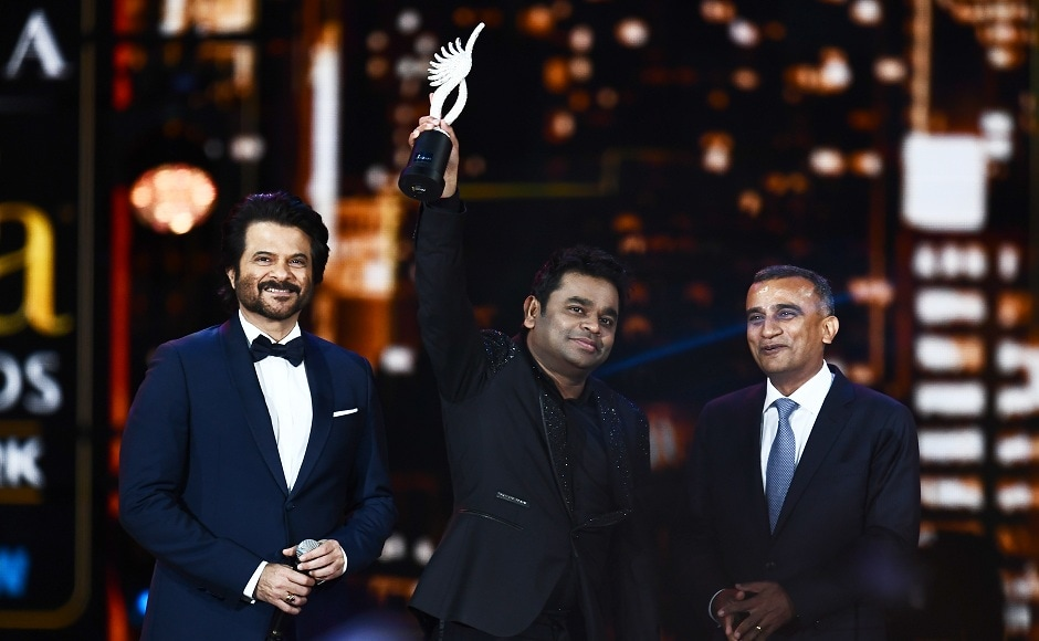 Bollywood music composer/singer AR Rahman (C) accepts an award during the 18th International Indian Film Academy (IIFA) Festival at the MetLife Stadium in East Rutherford, New Jersey, on July 15, 2017. / AFP PHOTO / JEWEL SAMAD