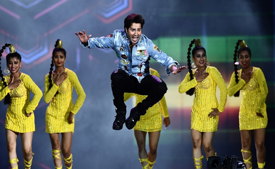 Bollywood actor Varun Dhawan performs on stage during the 18th International Indian Film Academy (IIFA) Festival at the MetLife Stadium in East Rutherford, New Jersey, on July 15, 2017. / AFP PHOTO / JEWEL SAMAD