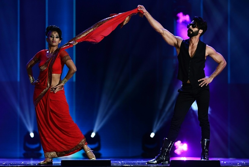 Bollywood Actor Shahid Kapoor performs on stage during the IIFA Awards July 15, 2017 at the MetLife Stadium in East Rutherford, New Jersey during the 18th International Indian Film Academy (IIFA) Festival. / AFP PHOTO / JEWEL SAMAD