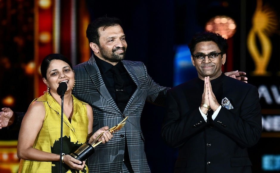 Best Picture Neerja's director Ram Madhvani (R) and staff thank the audience on stage during the IIFA Awards July 15, 2017 at the MetLife Stadium in East Rutherford, New Jersey during the 18th International Indian Film Academy (IIFA) Festival. / AFP PHOTO / Jewel SAMAD