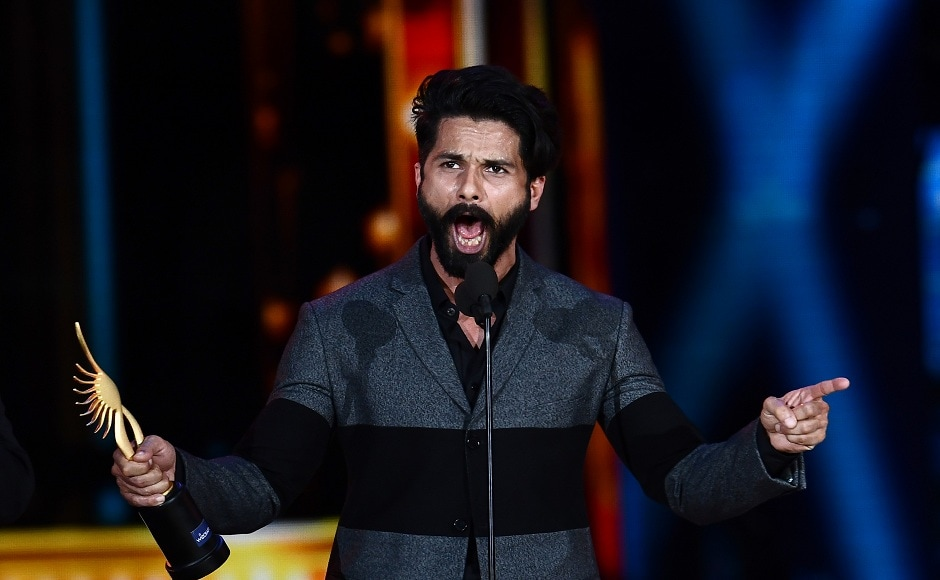 """Winner of Best Performance in a Leading Role - Male, Shahid Kapoor for """"Udta Punjab"""" accepts his award during 18th International Indian Film Academy (IIFA) Festival at the MetLife Stadium in East Rutherford, New Jersey, on July 16, 2017. / AFP PHOTO / Jewel SAMAD"""
