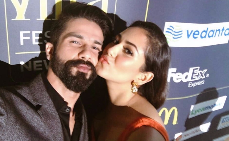 Shahid and Mira pose for a selfie on the IIFA green carpet. Image via Twitter