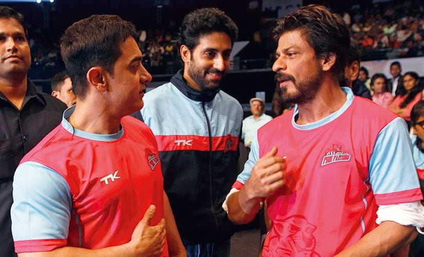 Aamir Khan (L) and Shah Rukh Khan during a Pro Kabadi League match in Season 1