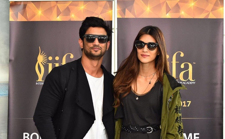 Raabta couple Sushant Singh Rajput and Kriti Sanon pose for the shutterbugs in New York. Image from Twitter/ IIFA.