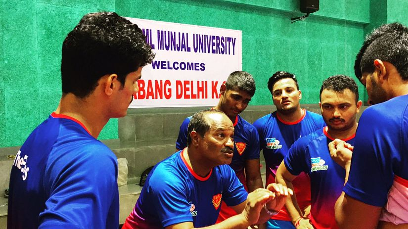 Dabang Delhi coach Dr. Ramesh Bhendigiri (C) passing intructions to his players during a training session. Twitter/@DabnagDelhiKC