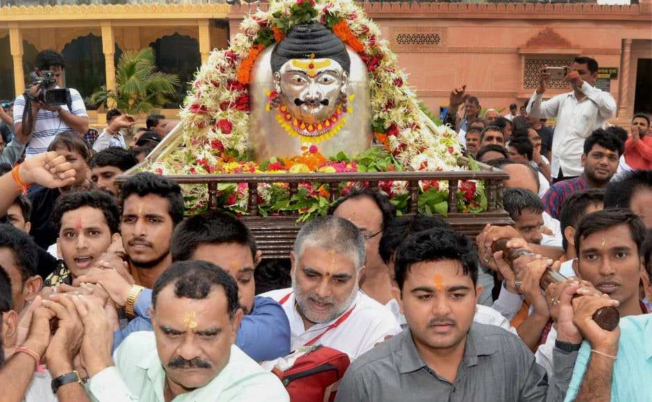 The auspicious month of Shravan began onMonday. The first day, Shravan Somwar,saw Hindu devotees in large numbers throng various temples across India. PTI