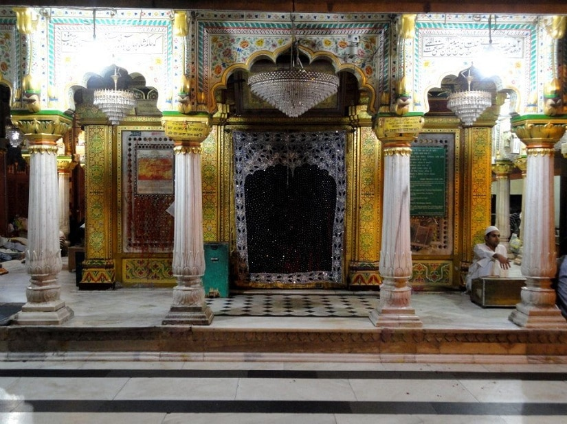 Inner sanctum of the saint at Hazrat Nizamuddin Dargah