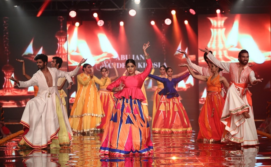 The show opened with an exquisite dance performance that brightened up the stage even more.
