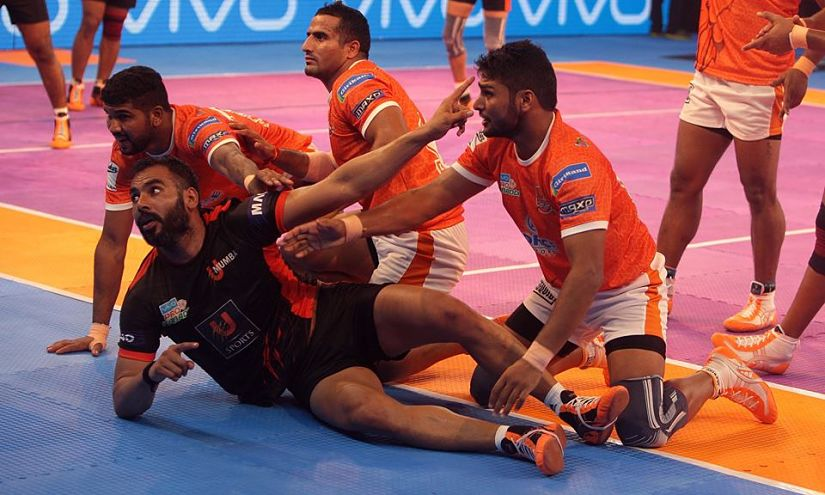Puneri Paltan's defence was all over the U Mumbai raiders in their 33-21 win on Friday. Twitter/ @ProKabaddi