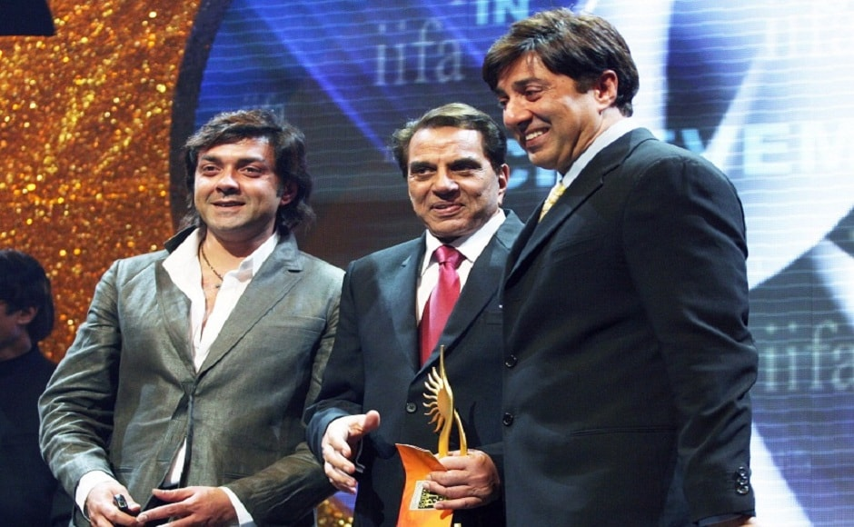Amitabh Bachchan presented the Lifetime Achievement award to his Sholay co-star Dharmendra in 2007. His sons Bobby and Sunny joined him on stage.