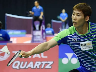 South Korea's Son Wan Ho returns during his preliminary round men's singles match against Finland's Kalle Koljonen during the 2017 BWF World Championships of badminton at Emirates Arena in Glasgow on August 21, 2017. / AFP PHOTO / ANDY BUCHANAN