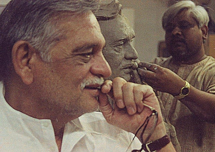 Gulzar poses as an artist makes a sculpture of him. Image from Facebook