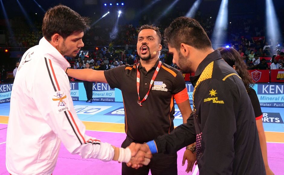 Patna Pirates and Bengaluru Bulls fought in the 2nd match as captains Pardeep Narwal and Rohit Kumar shake hands. Image courtesy:Facebook page of Pro Kabaddi