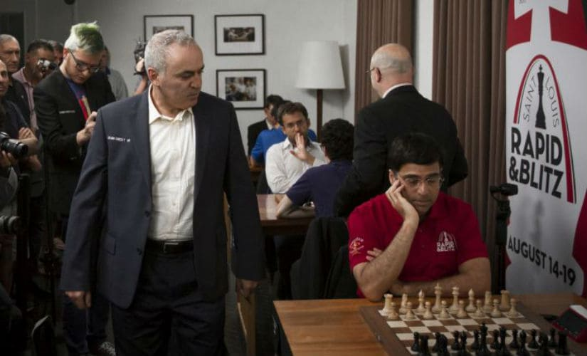 Anand (R) and Kasparov at the St Louis rapid and blitz chess tournament.
