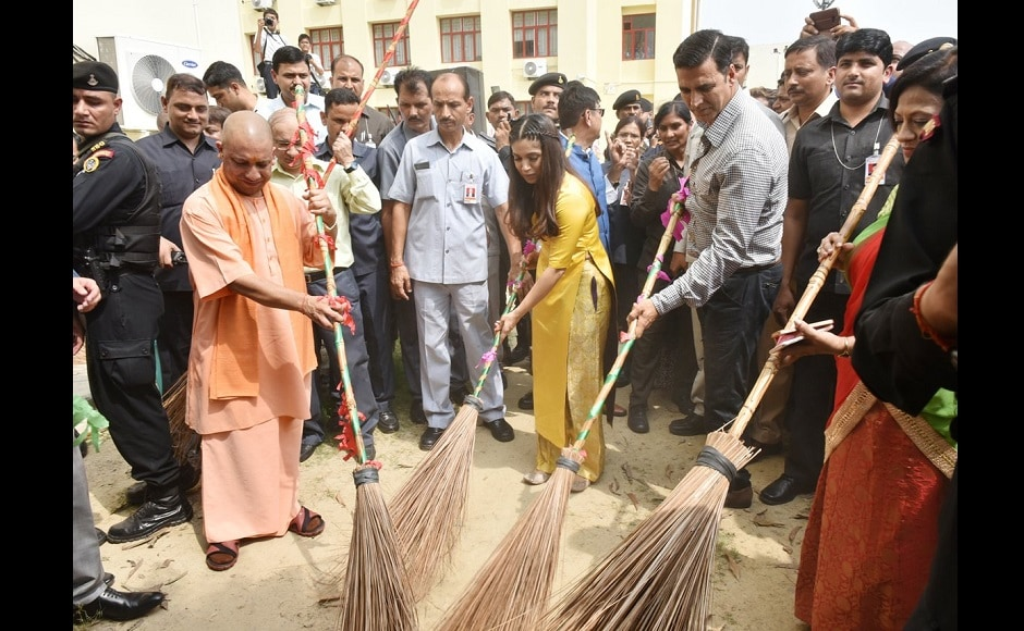 Yogi Adityanath, Bhumi Pednekar and Akshay Kumar pick up brooms and sweep the venue of the event. Image from Twitter
