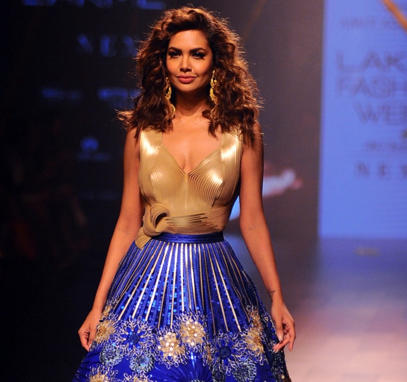 Indian Bollywood actress Esha Gupta showcases a creation by designer Amit Aggrwal at Lakme Fashion Week (LFW) Winter /Festive 2017 in Mumbai on August 18, 2017. Lakme Fashion Week is taking place in Mumbai from August 16-20. / AFP PHOTO / Sujit Jaiswal