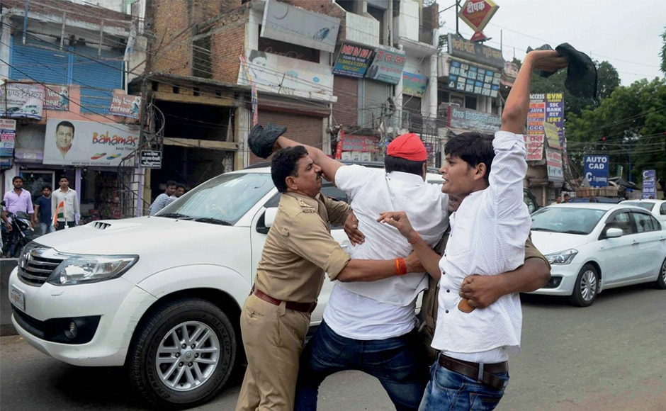 Samajwadi Party activists show black flags to a convoy of Uttar Pradesh health minister Siddhartha Nath Singh in a protest over the Gorakhpur tragedy in Allahabad on Monday. SP chief Akhilesh Yadav on Monday announced aid of Rs 2 lakh to each of the victims' families. PTI