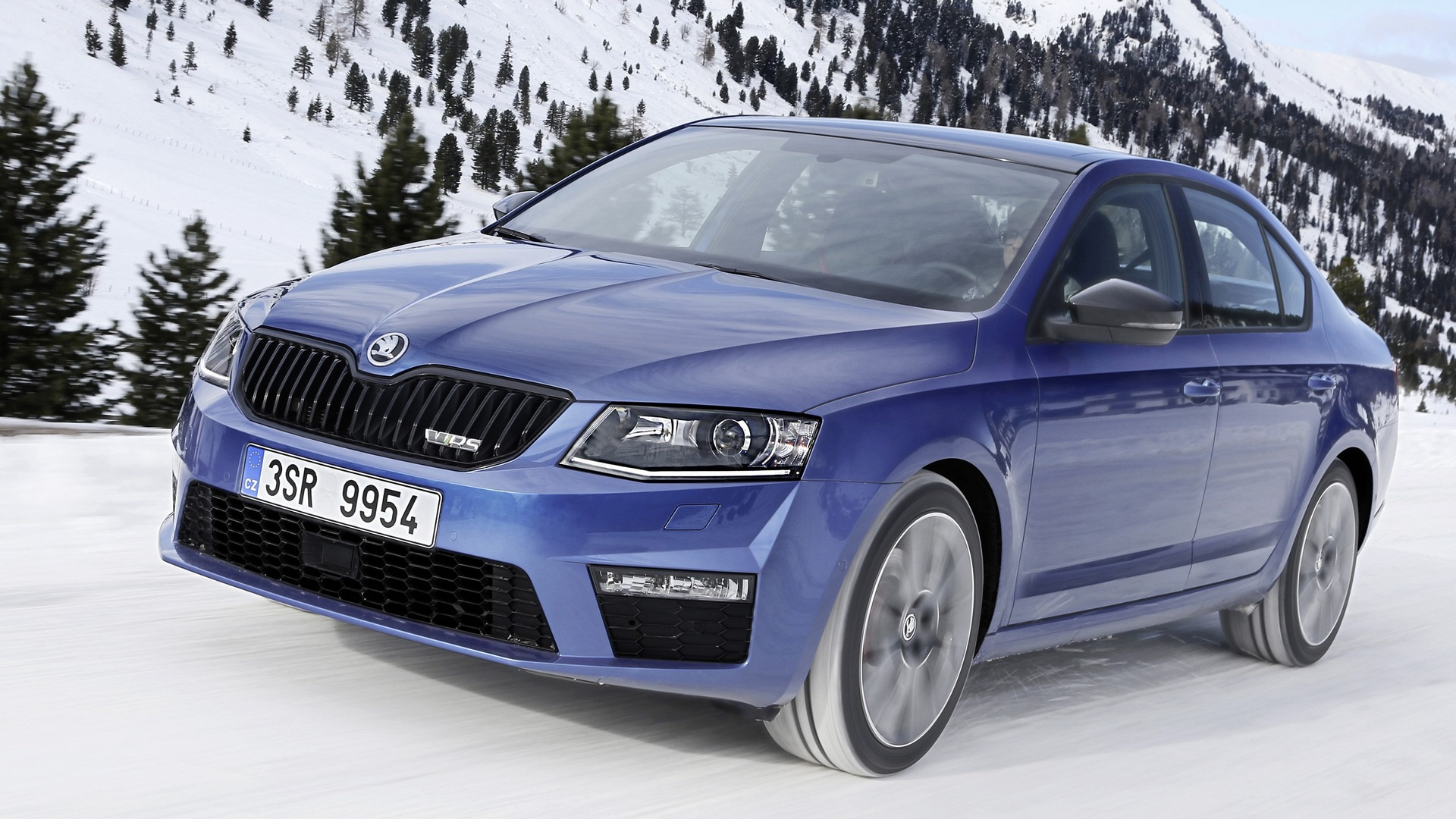 The new OCTAVIA RS comes with sporty LED headlamps revealing the racy intentions of the car.