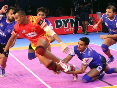 Haryana Steelers defenders bring down Gujarat Fortunegiants' raider in their win on Tuesday. Image courtesy: Twitter/@prokabaddi