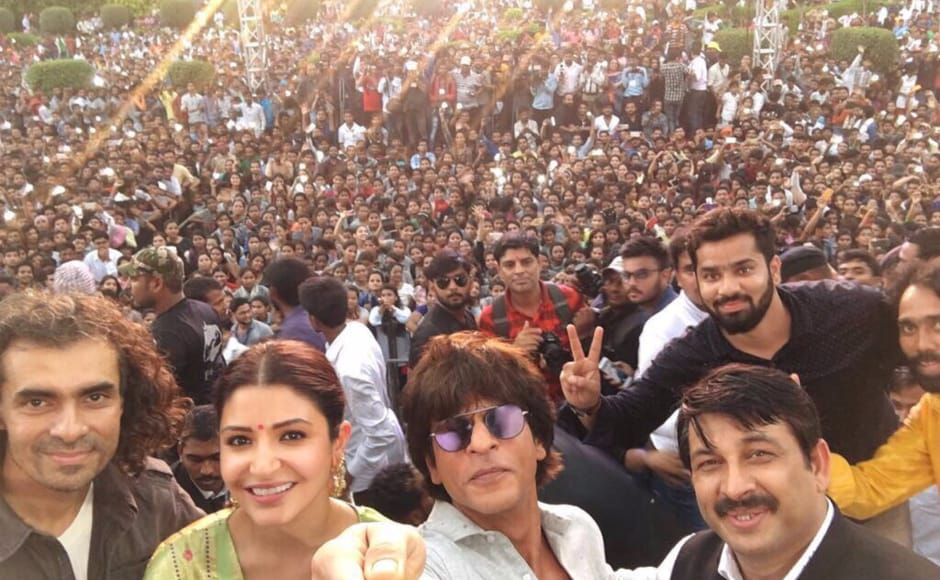 Shah Rukh Khan along with actress Anushka Sharma and filmmaker Imtiaz Ali promoted their upcoming film Jab Harry Met Sejal in Varanasi on 1 August.