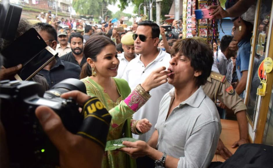 While driving through the streets of the city, Shah Rukh, Anushka and Ali made an impromptu stop at a local betel leaf vendor shop to taste the flavour that the city had to offer.