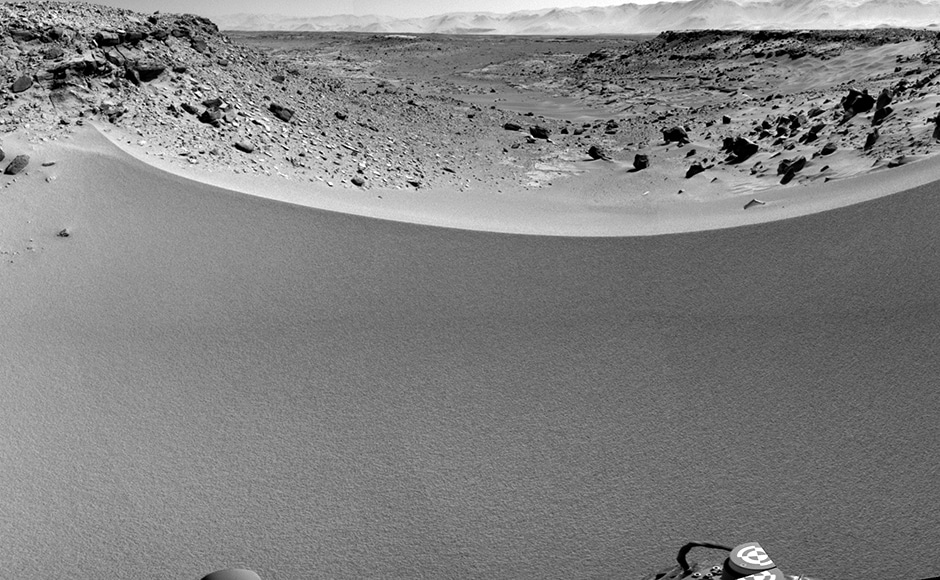 This is Curiosity looking past a sand dune at the Dingo gap. Image: NASA.