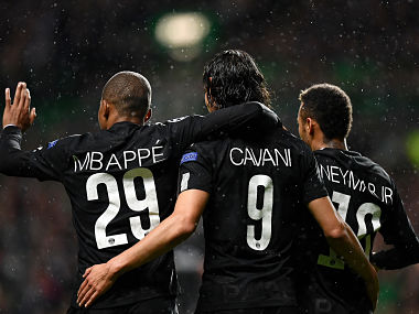 Paris Saint-Germain's Brazilian striker Neymar (R) celebrates with Paris Saint-Germain's French striker Kylian Mbappe (L) and Paris Saint-Germain's Uruguayan striker Edinson Cavani (C) after scoring the opening goal of the UEFA Champions League Group B football match between Celtic and Paris Saint-Germain (PSG) at Celtic Park in Glasgow, on September 12, 2017. / AFP PHOTO / FRANCK FIFE