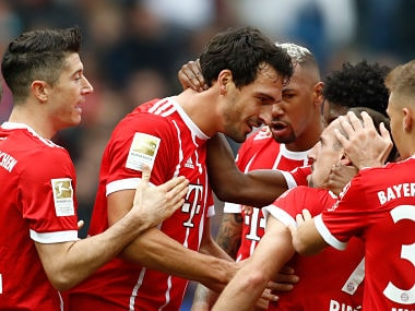 Bayern Munich's German defender Mats Hummels (2nd L) celebrates scoring the opening goal with his teammates during the German first division Bundesliga football match between Hertha Berlin and FC Bayern Munich in Berlin, on October 1, 2017. / AFP PHOTO / Odd ANDERSEN / RESTRICTIONS: DURING MATCH TIME: DFL RULES TO LIMIT THE ONLINE USAGE TO 15 PICTURES PER MATCH AND FORBID IMAGE SEQUENCES TO SIMULATE VIDEO. == RESTRICTED TO EDITORIAL USE == FOR FURTHER QUERIES PLEASE CONTACT DFL DIRECTLY AT + 49 69 650050