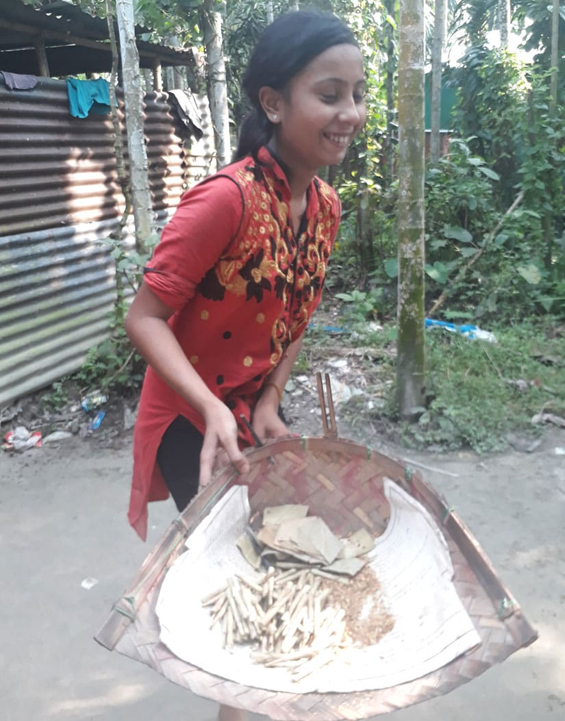 Mithu Mali, 14, showing the beedis she rolled by that time of the day. Image courtesy Syeda Ambia Zahan