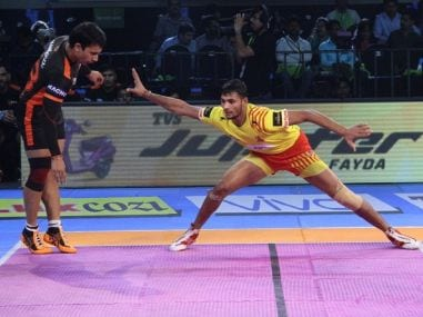 Sachin Tanwar, right, was one of the young players who impressed in PKL 2017. Image courtesy: Twitter @Fortunegiants