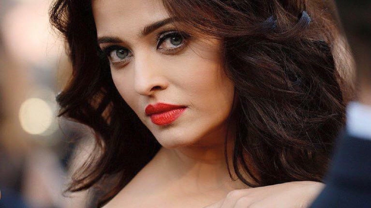 Aishwarya Rai Bachchan gets hounded by paparazzi at ...