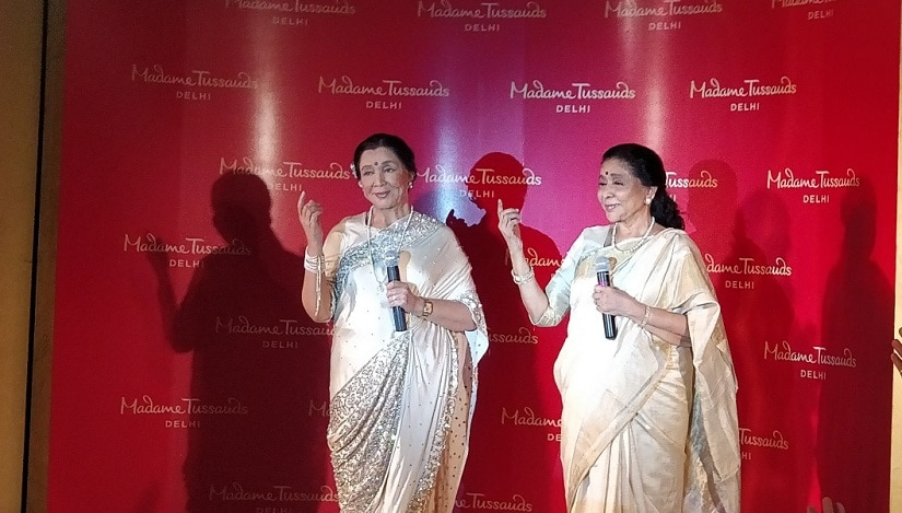 Hema Malini (on the left) teaching Asha Bhosle the nitty-gritties of Kathak. Image from Twitter/Mohd Ibrar.