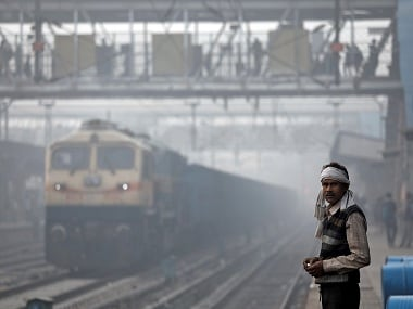 A man stands on railway platform on a smoggy morning in New Delhi, India, November 10, 2017. REUTERS/Saumya Khandelwal - RC17543624E0