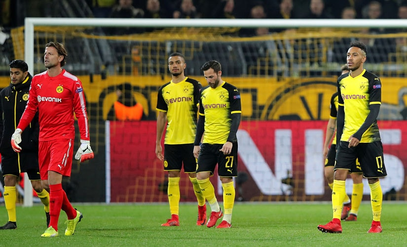 Soccer Football - Champions League - Borussia Dortmund vs Tottenham Hotspur - Signal Iduna Park, Dortmund, Germany - November 21, 2017 Borussia Dortmund's Pierre-Emerick Aubameyang (R), Gonzalo Castro (C) and team mates look dejected after the match REUTERS/Wolfgang Rattay - RC181548EC00