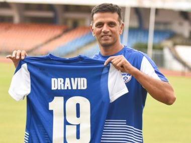 Rahul Dravid poses with the Bengaluru FC Delhi. Image courtesy: Twitter @bengalurufc