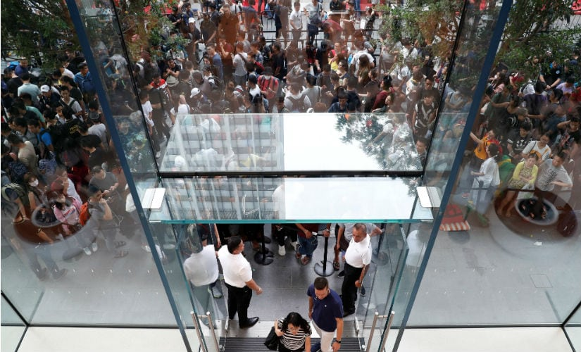 People queue to buy iPhone X during its launch at the Apple store in Singapore November 3, 2017. REUTERS/Edgar Su