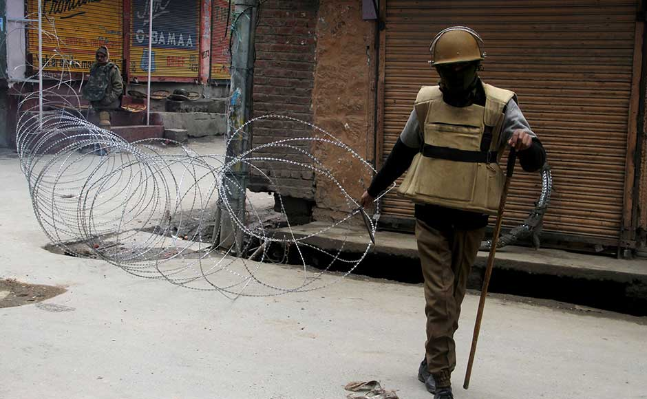 Authorities foil Joint Resistance's 'Public Jalsa', Mirwaiz, others detained