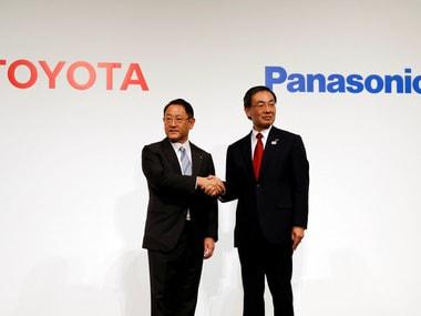 Toyota Motor Corp President Akio Toyoda (L) and Panasonic Corp President Kazuhiro Tsuga.