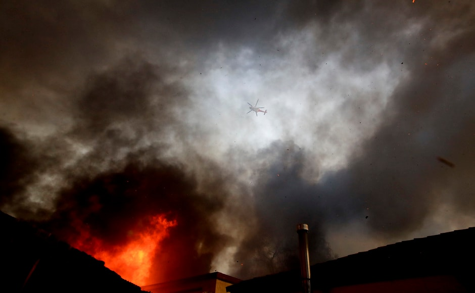 The destructive wildfire in Ventura County northwest of Los Angeles had nearly reached the Pacific on Tuesday night after starting 48 kilometer inland a day earlier. AP
