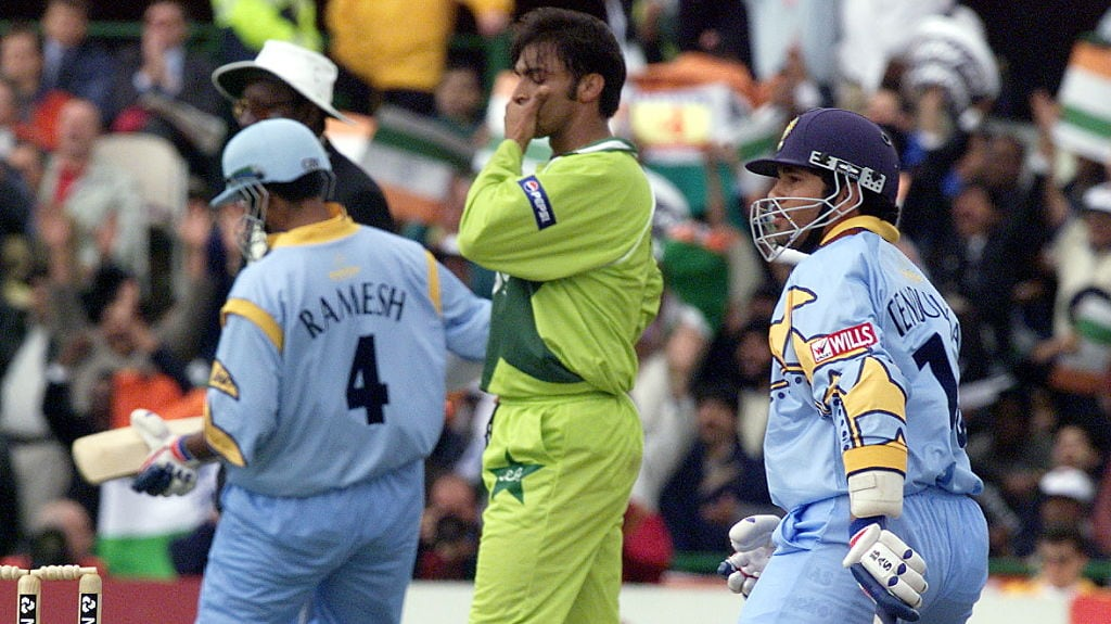 Pakistan's Shoaib Akhtar stands between the two opening Indian batsmen Sadagopan Ramesh and Sachin Tendulkar at Old Trafford 08 June 1999 during super six match of the Cricket World Cup match in Manchester. AFP PHOTO