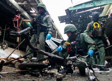 Military personnel inspect the site of a bomb attack at a market in the southern province of Yala, Thailand, January 22, 2018. REUTERS/
