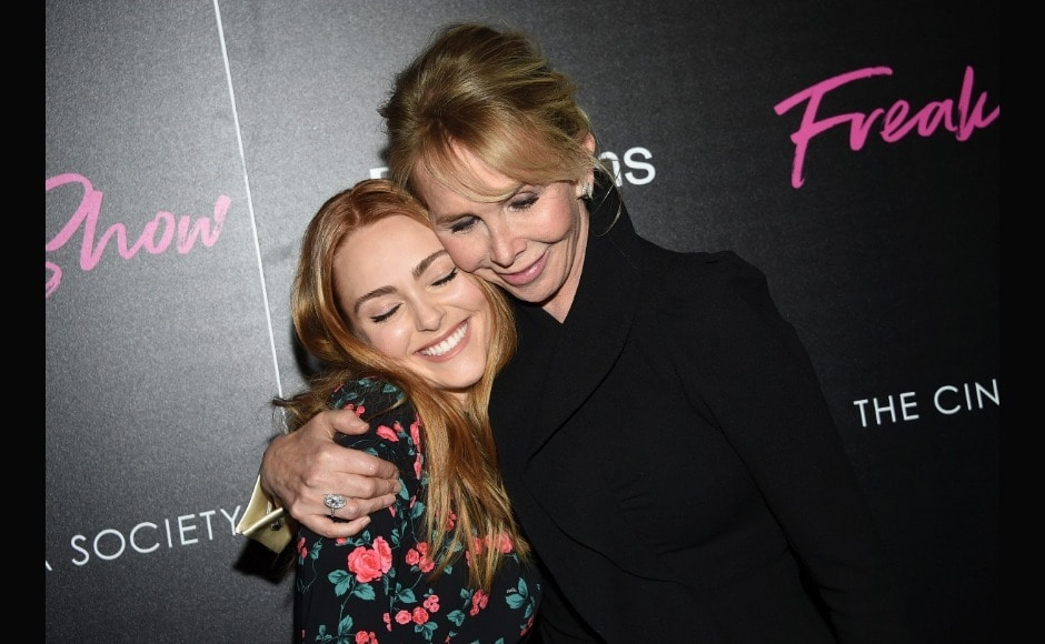 AnnaSophia Robb and Trudie Styler greet each other at the premiere. Image from AP/Evan Agostini